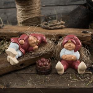 Amalie og Mikkel med træbalje med æbler Klarborg nisse